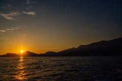 Costa de Montenegro no por do sol, vista do mar Imagens de Stock