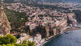Costa de Napoli, di Sorrento del piano Playa de la meta, opini?n de lapso de tiempo de la ciudad tur?stica en Italia, nubes incre metrajes
