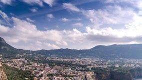 Costa de Napoli, di Sorrento del piano Playa de la meta, opini?n de lapso de tiempo de la ciudad tur?stica en Italia, nubes incre almacen de metraje de vídeo