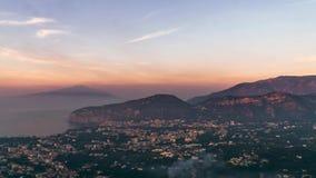 Costa de Napoli, di Sorrento do piano Praia do meta, opini?o de lapso de tempo da cidade tur?stica em It?lia, nuvens incr?veis da video estoque