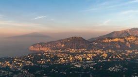 Costa de Napoli, di Sorrento do piano Vulcano de Vesuvio, opini?o da cidade tur?stica em It?lia, f?rias de lapso de tempo no mar  video estoque