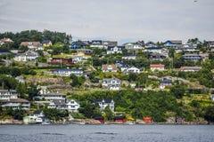 Costa de Noruega com as casas de campo encantadores no fundo, verão, s Foto de Stock