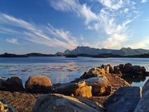 Costa de Noruega en la puesta del sol Foto de archivo libre de regalías