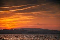 Costa de Océano Atlántico, puesta del sol roja Tánger, Marruecos Foto de archivo