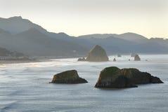 Costa de Oregon, praia do canhão, alvorecer fotografia de stock royalty free