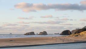 Costa de Oregon, resaca, arena, luz de la roca de Tillamook almacen de video