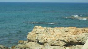 Costa de piedra en el fondo de un paisaje pintoresco del mar metrajes