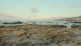 Costa de piedra en el fondo de un paisaje pintoresco del mar Playa de piedra salvaje metrajes