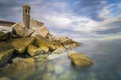 Costa de Rocky Adriatic, Piran à vista do sol de aumentação fotos de stock royalty free