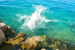 Costa de Rocky Atlantic con agua hermosa Fotografía de archivo