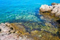 Costa de Rocky Atlantic con agua hermosa Imagenes de archivo