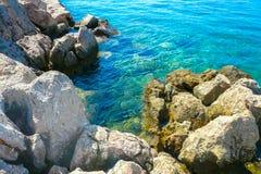 Costa de Rocky Atlantic con agua hermosa Imagen de archivo libre de regalías