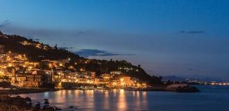 A costa de Sicília na noite Fotografia de Stock Royalty Free