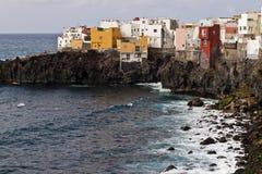 Costa de Tenerife com casas da cor Fotos de Stock Royalty Free