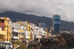 Costa de Tenerife con las casas del color Foto de archivo libre de regalías