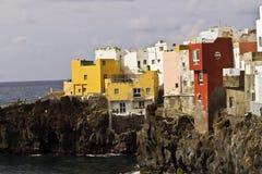 Costa de Tenerife con las casas del color Imagen de archivo libre de regalías