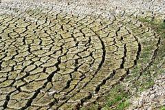 A costa de um lago seco, a terra quebrou acima em grandes banquisas, a seca é claramente visível, consequência do verão quente de fotos de stock royalty free