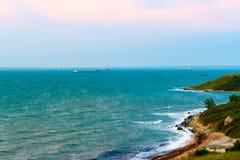 Costa costa de un mar azul azul hermoso fotografía de archivo