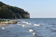 Costa costa del acantilado y del mar Báltico con los barcos de pesca en la playa Foto de archivo libre de regalías