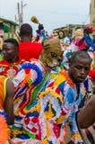 Costa del cabo, Ghana - 15 de febrero de 2014: Bailarines enmascarados y vestidos coloridos durante festividades africanas del ca foto de archivo