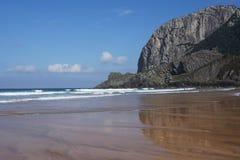 Costa costa del laga del playa en país basque en España fotos de archivo
