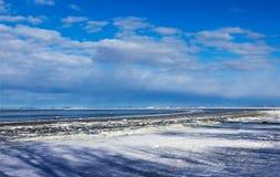 Costa del mar Báltico en el invierno foto de archivo