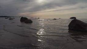 Costa del mar Báltico por la tarde del verano almacen de metraje de vídeo
