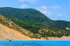 Costa costa del Mar Negro y montañas del Cáucaso vistas del mar Paisaje soleado costero escénico con el barco que navega de costa fotografía de archivo