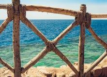 Costa del Mar Rosso con un recinto di legno e gli ombrelloni in Sharm el-Sheikh, Egitto fotografie stock libere da diritti