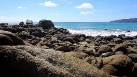 Costa del mar tropical con las piedras grandes tailandia Phuket almacen de metraje de vídeo