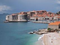 Costa del mar y de los edificios hermosos en Dubrovnik, Croacia fotografía de archivo