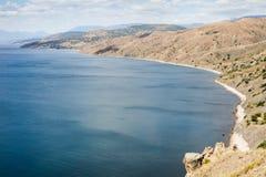 Costa del mare e delle montagne immagini stock
