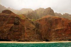 Costa del Na Pali en la niebla de la mañana fotos de archivo libres de regalías