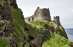 Costa del nord di Antrim del castello di Dunluce, Irlanda del Nord Immagini Stock Libere da Diritti