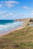 Costa del norte de Cornualles BRITÁNICA de Cornualles Inglaterra de la bahía de Watergate de la playa que practica surf entre New Fotografía de archivo libre de regalías