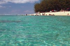 Costa del océano con la playa arenosa Ermita de la laguna, reunión Fotos de archivo