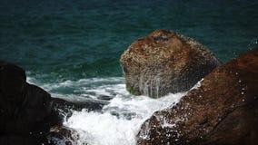 Costa del océano con las ondas y las rocas almacen de metraje de vídeo