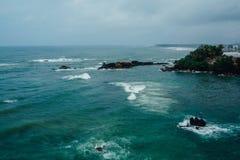 Costa del océano de Sri Lanka en las zonas tropicales Imagen de archivo