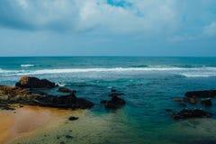 Costa del océano de Sri Lanka en las zonas tropicales Fotografía de archivo