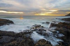 Costa del Pacífico en la puesta del sol Foto de archivo