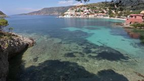 Costa del pueblo de Assos del verano (Grecia, Kefalonia) almacen de video