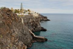 Costa del Silencio -与岩层的高火山的海岸 免版税库存照片
