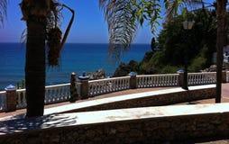 Costa Del Sol, promenade de plage de l'Espagne - de Nerja photographie stock libre de droits