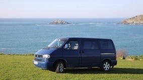 Costa del transportador de VW T4 de Volkswagen de Cornualles Inglaterra Reino Unido almacen de video