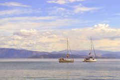 Costa dell'Albania con due yacht fotografie stock