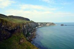 Costa dell'Irlanda con il mare e delle scogliere non lontano da Dublino Fotografia Stock Libera da Diritti