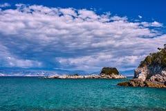 Costa dell'isola di Corfù con le rocce Fotografia Stock