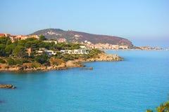 Costa dell'isola di corisca con un bello mare blu immagini stock libere da diritti