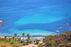 Costa dell'isola di corisca con un bello mare blu immagini stock