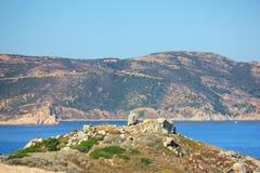 Costa dell'isola di corisca con un bello mare blu fotografie stock